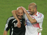 France's Zinedine Zidane and Fabien Barthez (L) smile as they celebrate their win over Spain at the end of their second round World Cup 2006 soccer match in Hanover June 27, 2006.  FIFA RESTRICTION - NO MOBILE USE     REUTERS/Shaun Best (GERMANY)