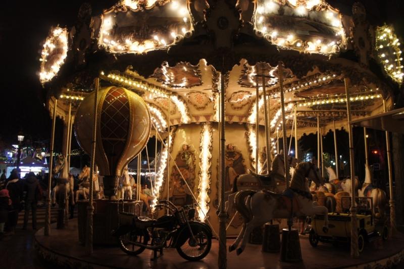 パリのマルシェ・ド・ノエルのメリーゴーランド